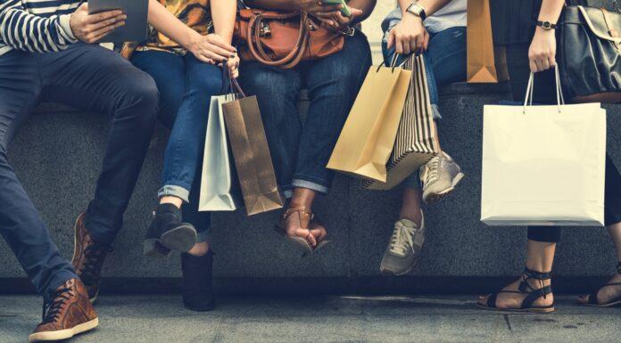 Grupo de pessoas com compras