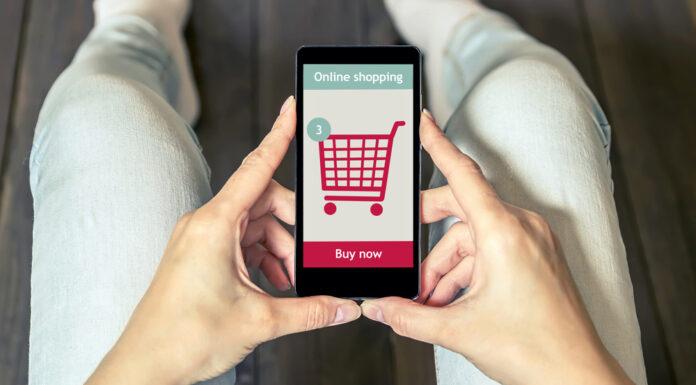 Mulher comprando pelo celular