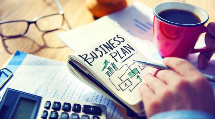 Empresário escrevendo plano de negócios