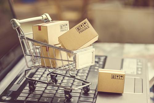 Carrinho de mercado cheio de caixas