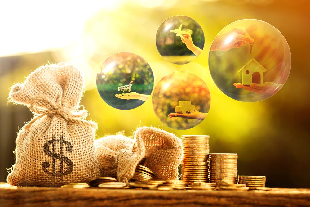 Sacos de moedas e bolhas de sonhos como casa carro e viagem