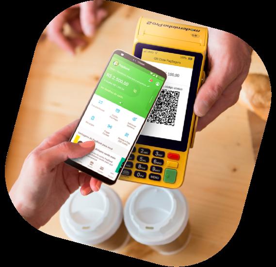 pessoa pagando o café via qr code no app pagbank, em frente a uma maquininha de cartão