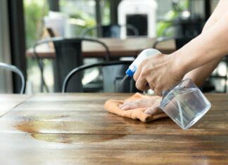 pessoa limpando a mesa